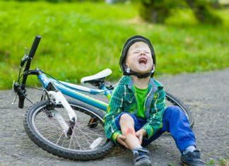 Kind ist mit dem Fahrrad gestürzt und weint