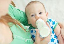 Baby trinkt aus der Flasche