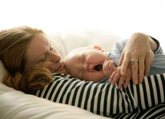Mutter mit schlafendem Baby