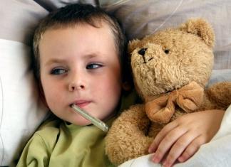 Krankes Kind mit Fieberthermometer und Teddybär