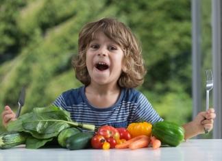 Bub freut sich über Gemüse