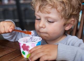 Kind isst Eisbecher