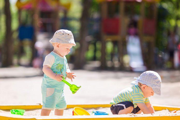 Kinder in der Sandkiste