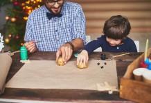 Kind arbeitet mit Kartoffeldruck
