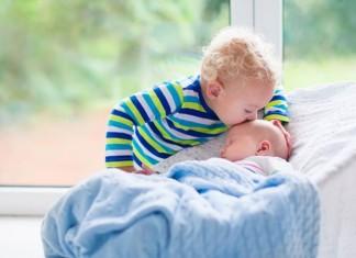 Ein zweites Kind kommt auf die Welt.