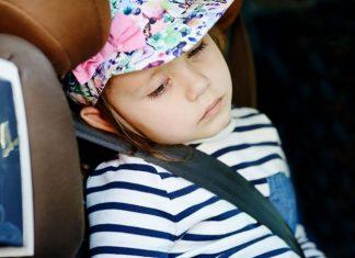 kleinkind im auto leidet unter reiseübelkeit