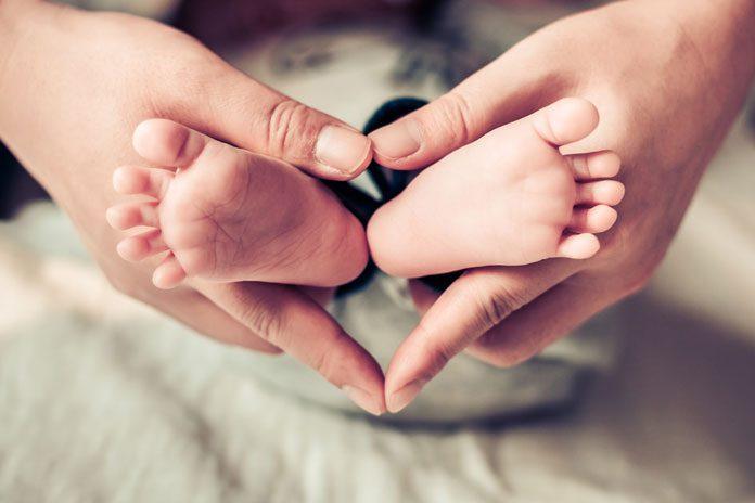 fremdkoerper-verschluckt-baby-kind