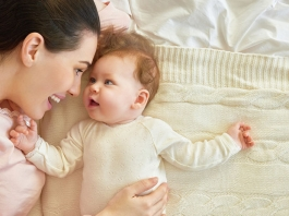 Baby kommuniziert mit Mutter