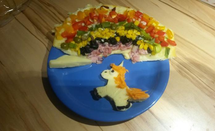 Regenbogenpizza mit Käse-Einhorn