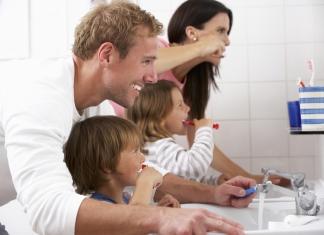Familie beim Zähneputzen