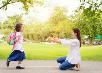 Kind läuft auf Mutter zu