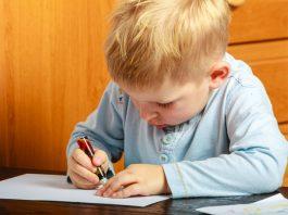 Vorschulkind übt schreiben