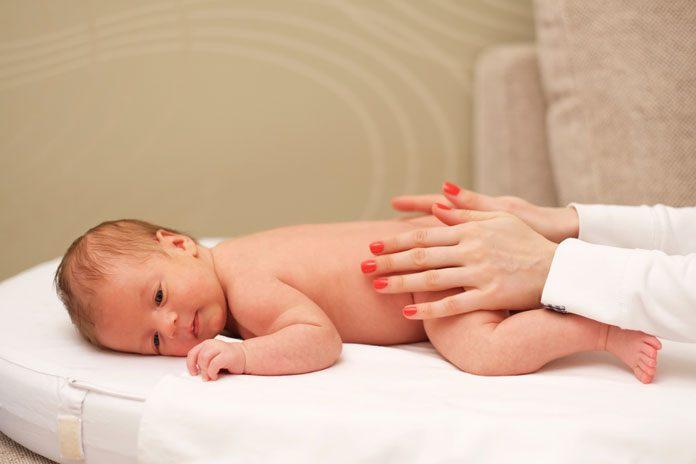 Mutter massiert Baby