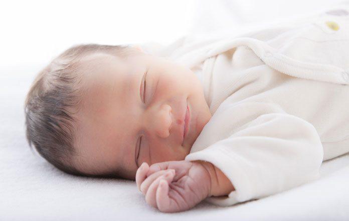 Baby schläft auf dem Rücken liegend