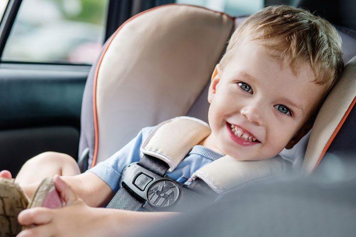 Kleinkind im Kindersitz des Autos