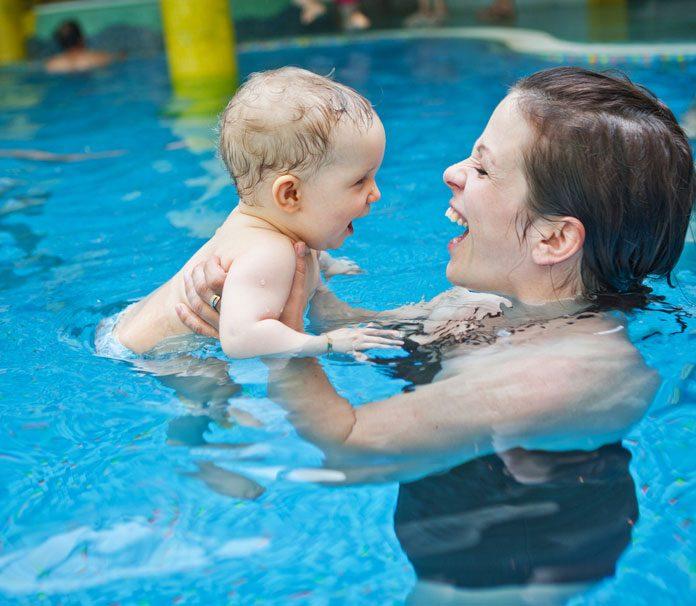 Baby mit Mutter im Schwimmbad