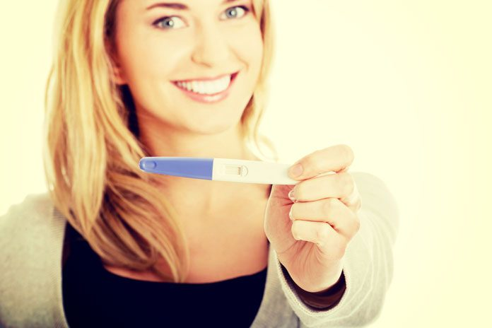 Frau mit Teststreifen