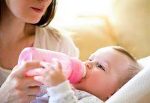 Baby trinkt aus dem Fläschchen