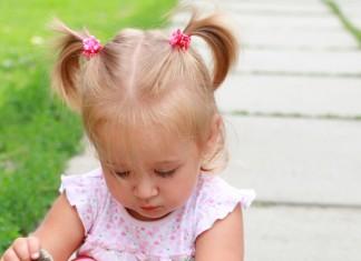 Kind kann Schuhe alleine anziehen
