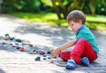 Kind spielt mit Autos