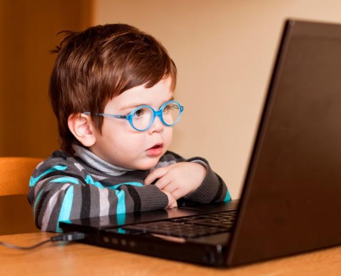 Kind sitzt vor Lerncomputer