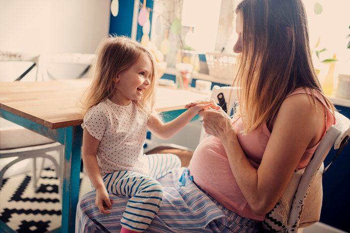 Schwangere mit Kleinkind