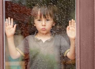 kind-zuhause-beschaeftigung-regen