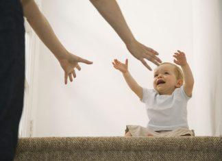 Baby streckt Hände nach Mutter aus