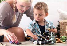 Kind spielt mit Babysitter