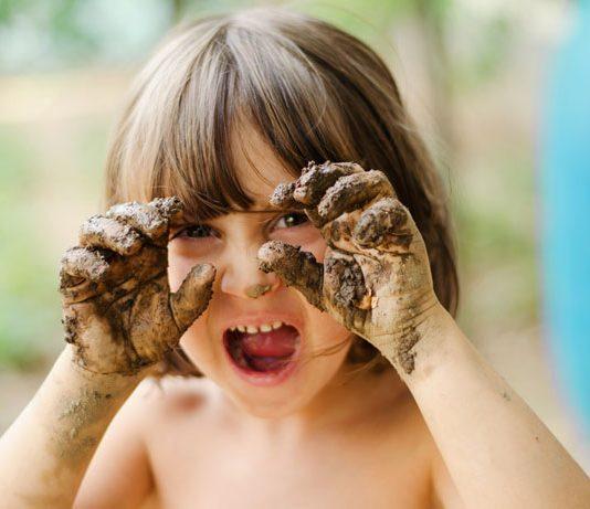 Kind mit schmutzigen Fingern