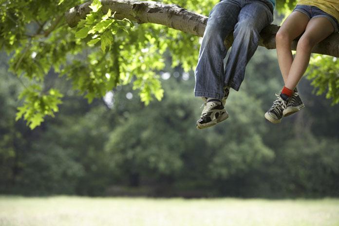 kind-auf-baum-klettern