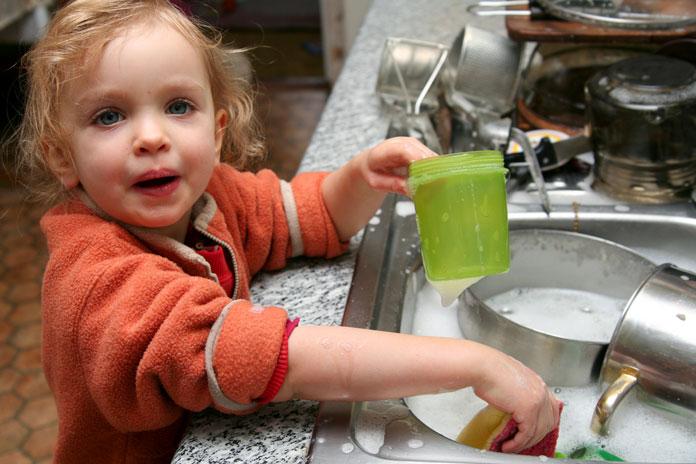 kind-kochen-wasser