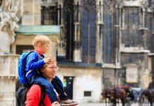 Vater mit Kind vor dem Stephansdom