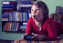 Kind mit Computerspiel