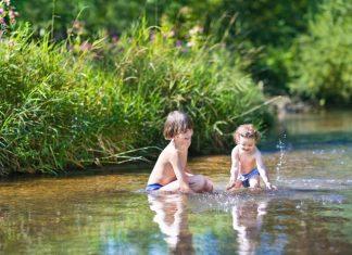 Kinder planschen im See