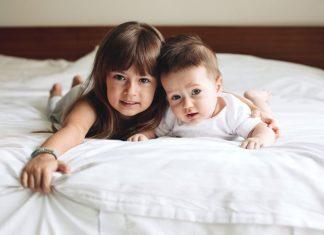 Geschwister im Bett