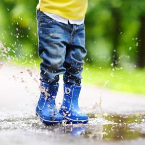 Herbst Spielen Kind mit Wasserpfütze