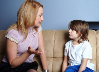 Kind hört zu