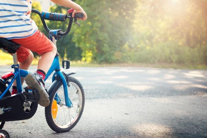 Kind Fahrrad fahren