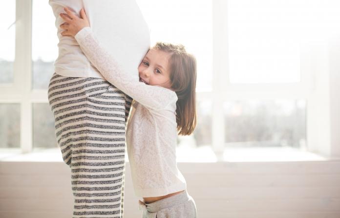 Geschwisterkinder hochheben während der Schwangerschaft