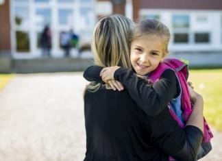 Mutter mit Kind am ersten Schultag