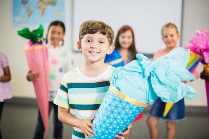 Kinder mit Schultüte
