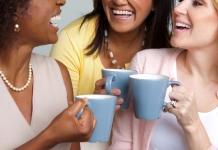 Freundinnen Kaffee trinkend