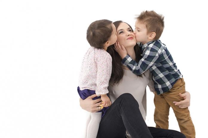 Kinder küssen Mutter
