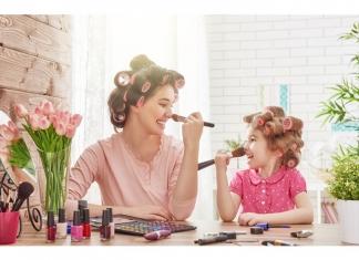 mutter und kind beim schminken