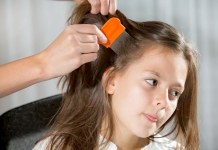 Kind wird mit Nissenkamm frisiert - Läuse bekämpfen