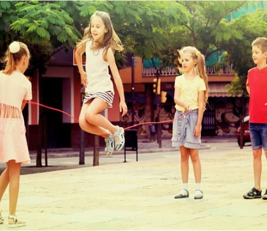 Kinder-spielen-Seilspringen