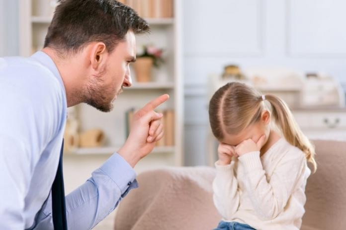 Vater schimpft mit Tochter