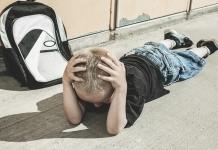 trotziges Kind liegt am Boden