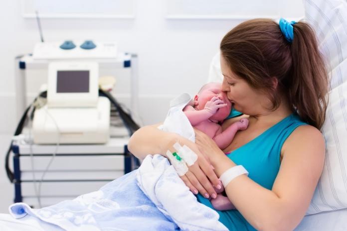 Frau mit Baby nach der Geburt
